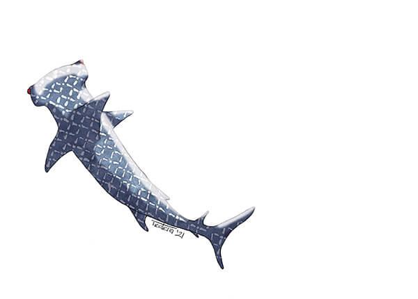 Ein Hammerhai treibt nach links oben aus dem Bild. Seine Dunkelheiten sind in einem Blaugrauton mit hellem Rautenmuster dargestellt. Die Augen glühen rot.