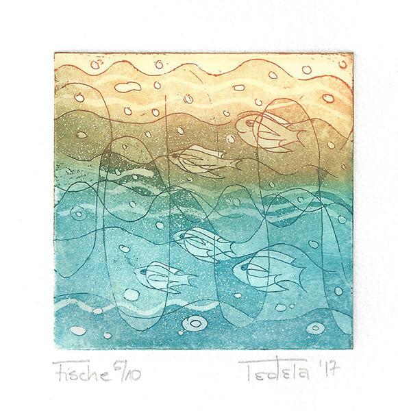 Dargestellt sind 5 Fische, die durch abstrahierte Wellen Schwimmen. Im Wasser sind Luftblasen zu sehen. Die Platte wurde gleichzeitig oben mit Gelb und unten mit Türkis eingefärbt. Im Mittelbereich ergibt sich dadurch ein gebrochenes Olivgrün.