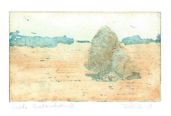 Eine Baumgruppe auf der Rechten Bildhälfte steht auf einem Feld. Der Horizont wird von einer angedeuteten Baumreihe gebildet. Eine Platte der Radierung ist in hellem orange eingefärbt, die andere in Türkis.